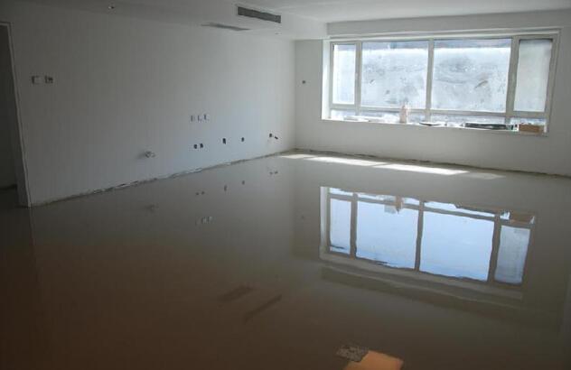产品特性 1、快速施工,自动流平 2、提供良好的表面,用以铺设地毯、木地板、PVC地板、瓷砖和环氧系统 3、水泥类产品,抗水性佳 适用范围 用于新旧混凝土的找平,然后铺设瓷砖,大理石、PVC地板、木地板和其他涂层 施工程序 底 涂:辊涂底油 自流 平水泥:将自流平水泥与水混合后,倒出,刮涂到理想厚度,抹平 地 坪 厚 度:2-6mm 使 用 年 限:8年以上